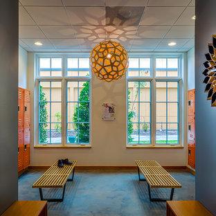 Foto di una palestra in casa minimalista con pareti blu e pavimento in cemento