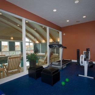 Foto di una piccola palestra multiuso minimal con pareti arancioni e pavimento blu
