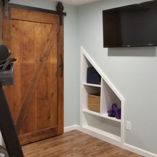 Multifunktionaler, Mittelgroßer Stilmix Fitnessraum mit blauer Wandfarbe und Linoleum in Sonstige