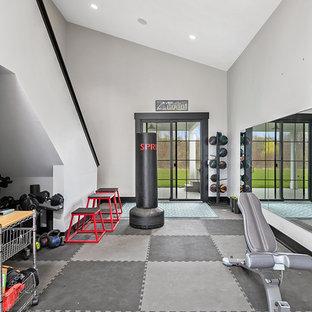 Ispirazione per un'ampia sala pesi country con pareti grigie e pavimento grigio