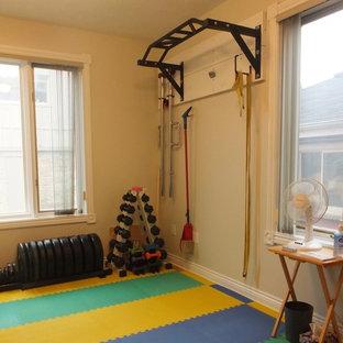 Multifunktionaler, Kleiner Moderner Fitnessraum mit grauer Wandfarbe in Toronto