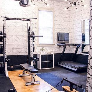 Foto di una sala pesi minimalista di medie dimensioni con pavimento nero