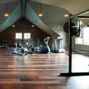 Esempio di una grande sala pesi american style con pareti beige, parquet scuro e pavimento marrone