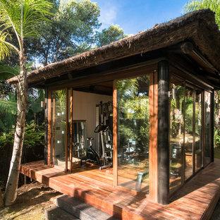 Multifunktionaler, Kleiner Kolonialstil Fitnessraum mit braunem Holzboden in London