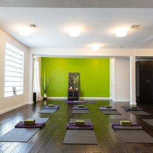 Großer Moderner Yogaraum mit dunklem Holzboden und grüner Wandfarbe in New York