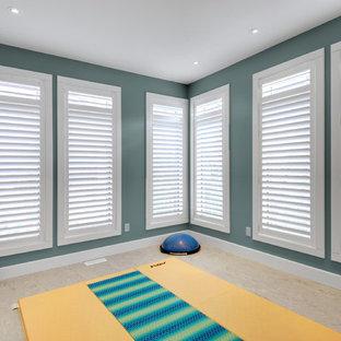 Kleiner Moderner Yogaraum mit Linoleum und blauer Wandfarbe in Toronto