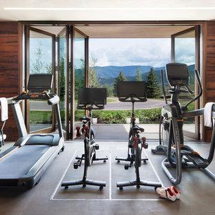 Idées déco pour une très grande salle de sport contemporaine avec un mur marron, un sol en vinyl et un sol gris.