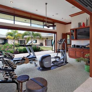 Esempio di un'ampia palestra multiuso tropicale con pareti beige, moquette e pavimento grigio