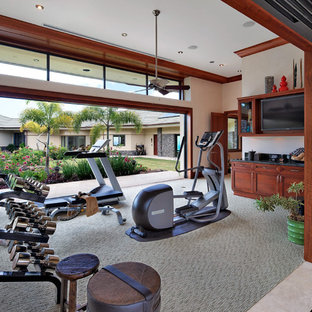 Multifunktionaler, Geräumiger Tropischer Fitnessraum mit beiger Wandfarbe, Teppichboden und grauem Boden in Hawaii