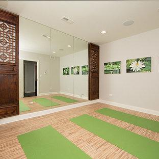 Exempel på ett mellanstort hemmagym med yogastudio, med grå väggar, bambugolv och beiget golv