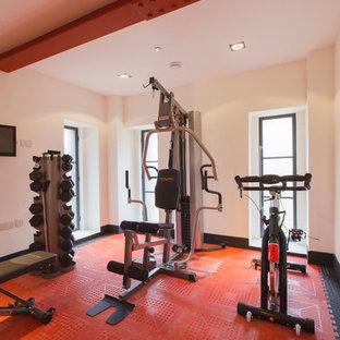 Industrial Fitnessraum mit weißer Wandfarbe und rotem Boden in London