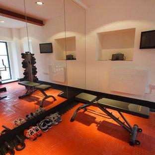 Inspiration för ett industriellt hemmagym, med orange golv