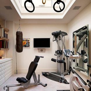 Multifunktionaler, Großer Klassischer Fitnessraum mit weißer Wandfarbe und hellem Holzboden in London