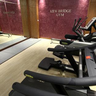 Multifunktionaler, Mittelgroßer Moderner Fitnessraum mit lila Wandfarbe und hellem Holzboden in London