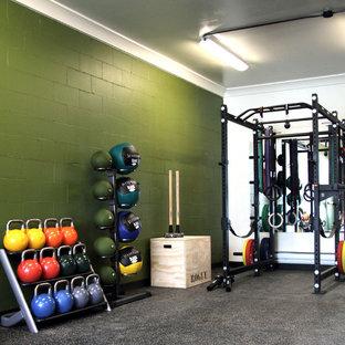 Foto di una piccola sala pesi design con pareti verdi