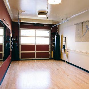 Ispirazione per un piccolo studio yoga contemporaneo con parquet chiaro e pareti rosse