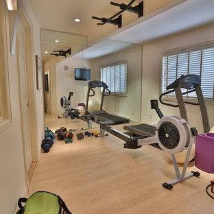 Moderner Fitnessraum mit beiger Wandfarbe und hellem Holzboden in Denver