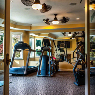 Multifunktionaler Eklektischer Fitnessraum mit gelber Wandfarbe und Teppichboden in Cleveland