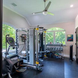 ヒューストンの中くらいのコンテンポラリースタイルのおしゃれなトレーニングルーム (グレーの壁、セラミックタイルの床、黒い床) の写真