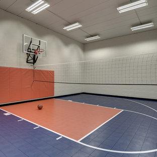 Idee per un ampio campo sportivo coperto tradizionale con pareti bianche e pavimento blu