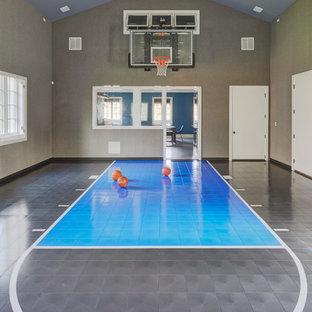 Geräumiger Moderner Fitnessraum mit Indoor-Sportplatz, grauer Wandfarbe und blauem Boden in Chicago