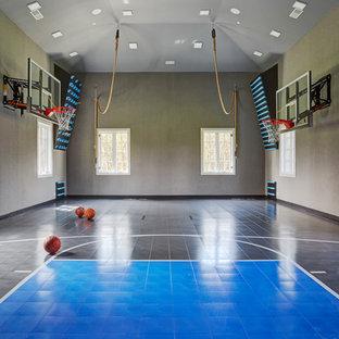 Ispirazione per un ampio campo sportivo coperto minimalista con pareti grigie e pavimento blu