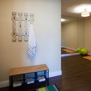 Idee per una sala pesi stile marinaro di medie dimensioni con pareti beige, parquet scuro e pavimento marrone