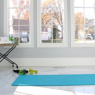 Großer Moderner Yogaraum mit grauer Wandfarbe, Marmorboden und weißem Boden in Charlotte