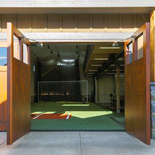 Multifunktionaler, Großer Uriger Fitnessraum mit grauer Wandfarbe in Seattle