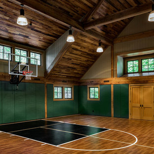 Uriger Fitnessraum mit Indoor-Sportplatz, grüner Wandfarbe und buntem Boden in Boston