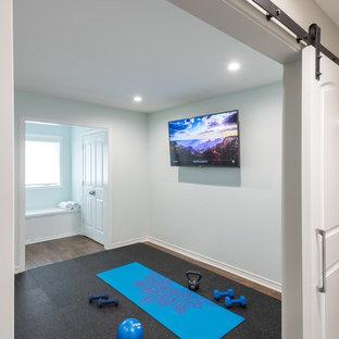 Foto di una palestra multiuso chic di medie dimensioni con pareti bianche, pavimento in legno massello medio e pavimento marrone