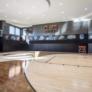 Geräumiger Moderner Fitnessraum mit Indoor-Sportplatz, schwarzer Wandfarbe, hellem Holzboden und beigem Boden in Salt Lake City