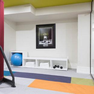 トロントの広いコンテンポラリースタイルのおしゃれなトレーニングルーム (白い壁、カーペット敷き、マルチカラーの床) の写真