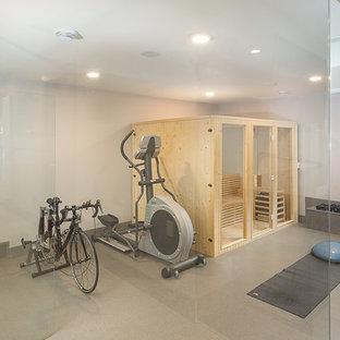 Multifunktionaler, Großer Moderner Fitnessraum mit grauer Wandfarbe, Marmorboden und beigem Boden in Edmonton