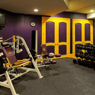 Ispirazione per una palestra classica con pareti viola e pavimento grigio