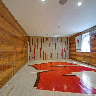 Klassischer Fitnessraum mit Indoor-Sportplatz, bunten Wänden und gebeiztem Holzboden in Denver