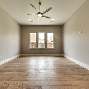 Idee per una palestra multiuso chic di medie dimensioni con pareti grigie, pavimento in legno massello medio e pavimento beige