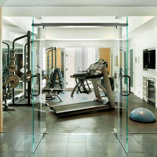 Moderner Fitnessraum mit weißer Wandfarbe und Linoleum in Boston