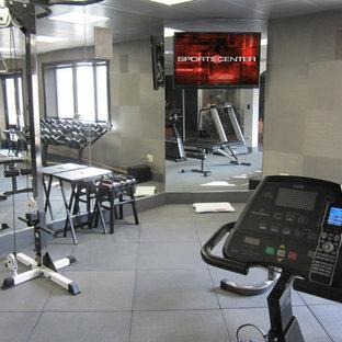 Multifunktionaler, Mittelgroßer Klassischer Fitnessraum mit grauer Wandfarbe, Linoleum und grauem Boden in Chicago