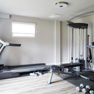 Ispirazione per una piccola sala pesi minimal con pareti beige, pavimento in laminato e pavimento grigio