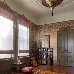 Immagine di uno studio yoga mediterraneo di medie dimensioni con pareti multicolore, pavimento in sughero e pavimento marrone