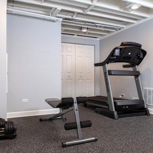 Multifunktionaler, Mittelgroßer Klassischer Fitnessraum mit grauer Wandfarbe, schwarzem Boden und freigelegten Dachbalken in Chicago