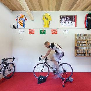 Multifunktionaler, Mittelgroßer Landhausstil Fitnessraum mit weißer Wandfarbe und rotem Boden in Boston