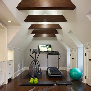 Multifunktionaler, Großer Klassischer Fitnessraum mit grauer Wandfarbe und dunklem Holzboden in Chicago
