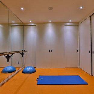Foto di un piccolo studio yoga minimalista con pareti bianche