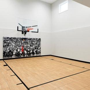 Foto di un grande campo sportivo coperto chic con pareti grigie, pavimento in vinile e pavimento beige