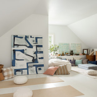 Landhausstil Yogaraum mit weißer Wandfarbe, gebeiztem Holzboden und weißem Boden in Bridgeport