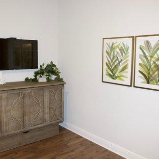 Foto di una palestra in casa stile marinaro con pareti beige, pavimento in laminato e pavimento marrone