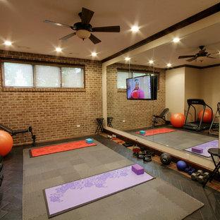 Idee per uno studio yoga chic con pareti beige e pavimento con piastrelle in ceramica