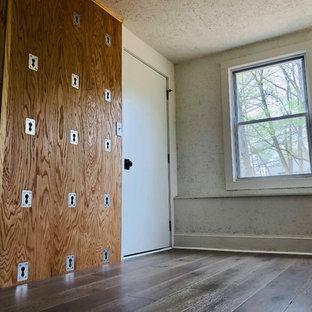 Idee per uno studio yoga american style con pareti bianche, pavimento in laminato e pavimento marrone